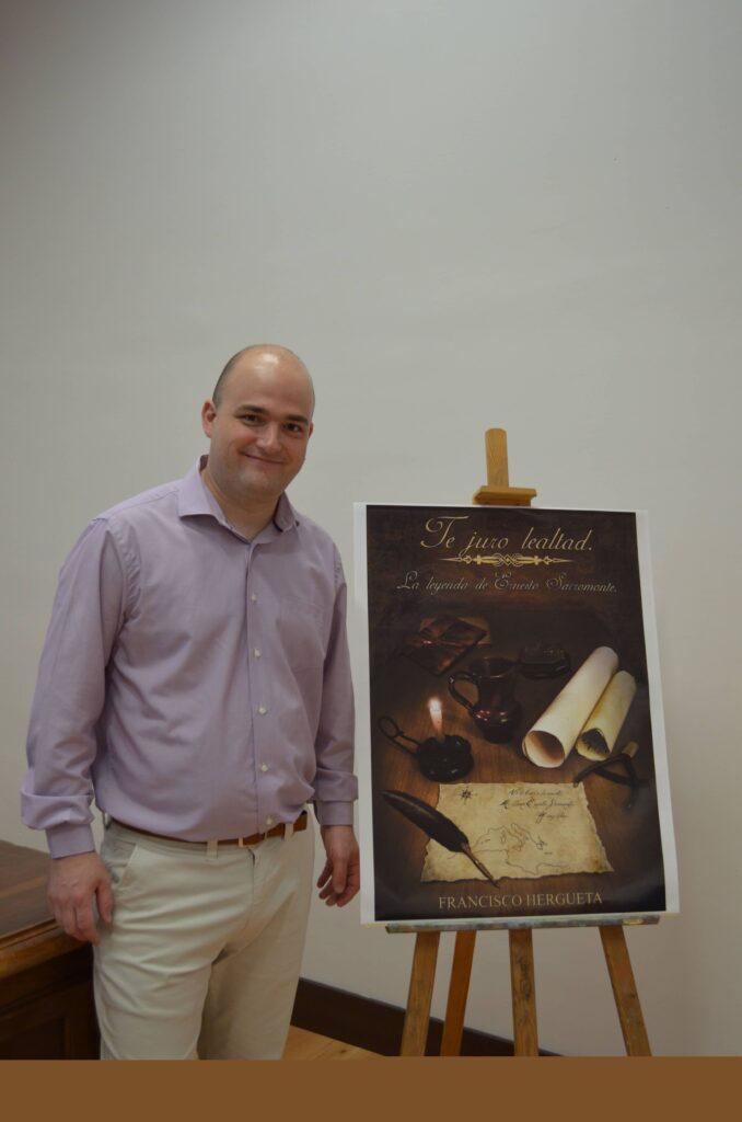 Francisco Hergueta en la presentación de su primera novela, Te juro lealtad