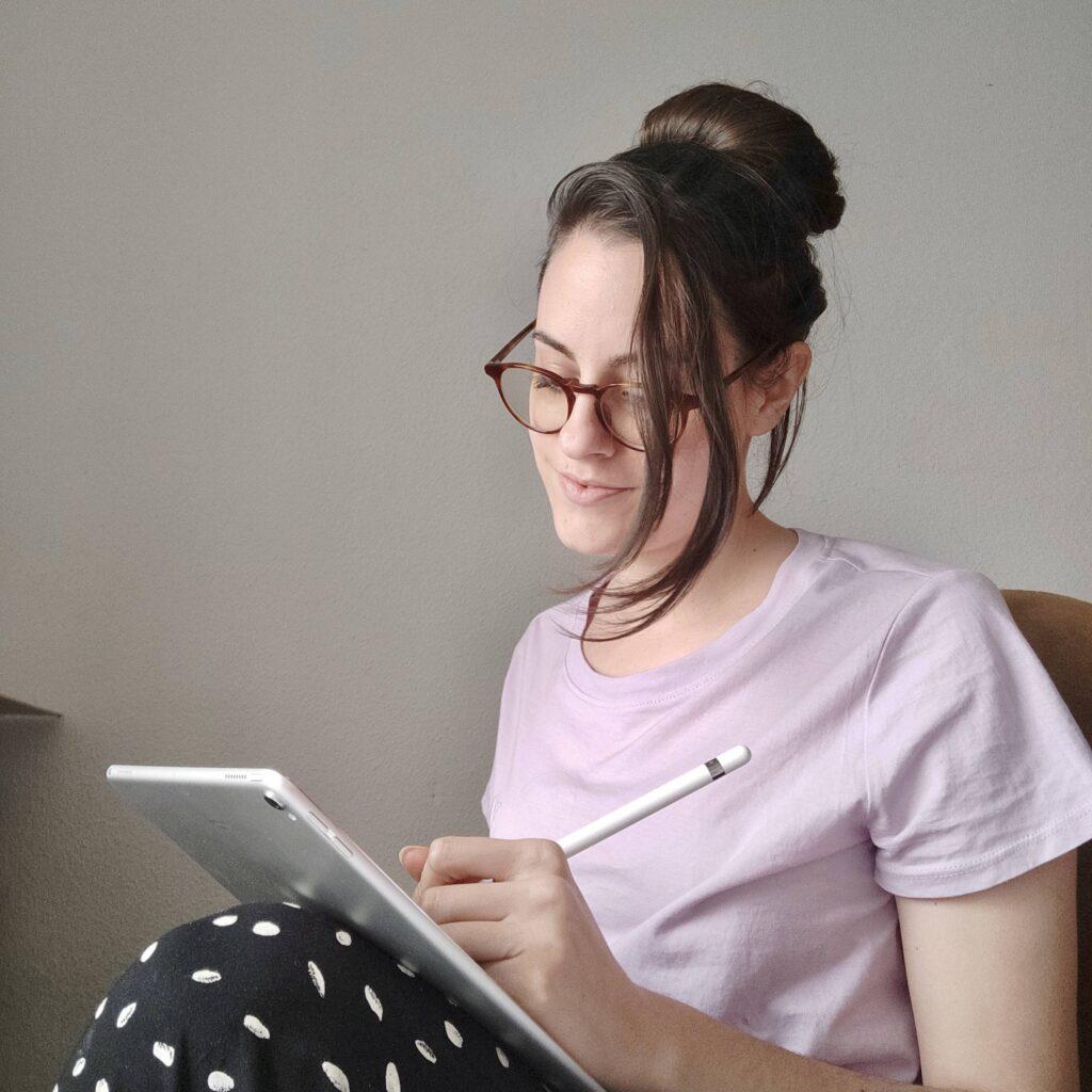 Laura Fergué trabajando en su oficina.